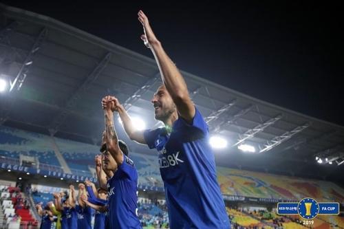 FA컵 16강전 승리를 자축하는 수원 선수들