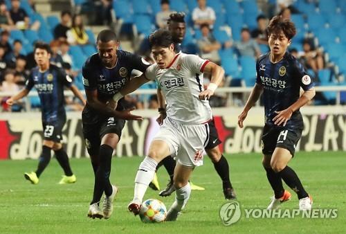 프로축구 K리그1 제주와 인천의 경기 장면