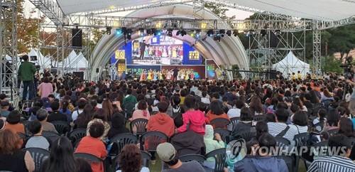 동심의 세계로…춘천 토이·애니타운축제 화려한 개막