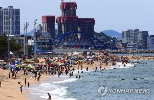 마스크 안쓰고 텐트 다닥다닥…해수욕장 방역대책 구멍 숭숭