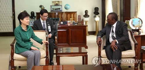 South Korean President Park Geun-hye (L) and her Kenyan counterpart Uhuru Kenyatta hold summit talks in Nairobi on May 31, 2016. (Yonhap file photo)