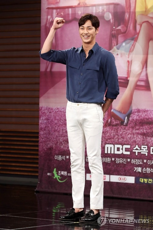 "South Korean actor Lee Tae-hwan poses for a photo during the press conference for MBC's new drama ""W"" on July 18, 2016. (Yonhap)"