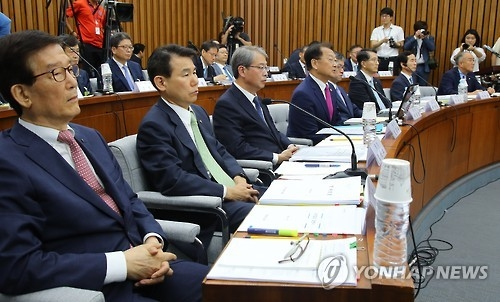 Finance Minister Yoo Il-ho (4th from L) speaks during a parliamentary hearing in Seoul on Sept. 8, 2016. (Yonhap)