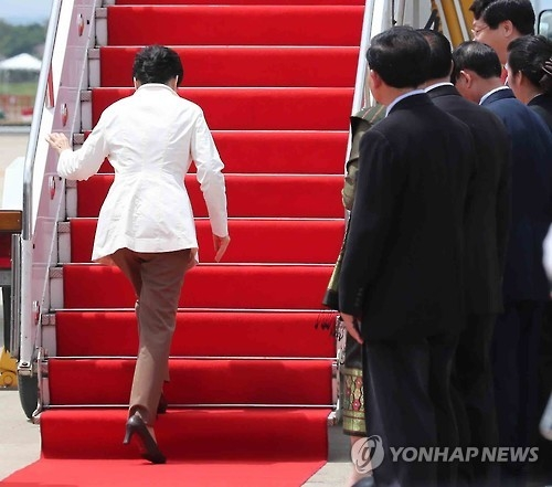 This photo taken on Sept. 9, 2016 shows President Park Geun-hye hurriedly walking up the stairs to her flight in Laos following a nuclear test in North Korea. (Yonhap)