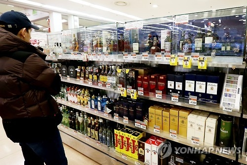 A customer looks at the whisky section of a discount store in Seoul on Feb. 10, 2016. (Yonhap)