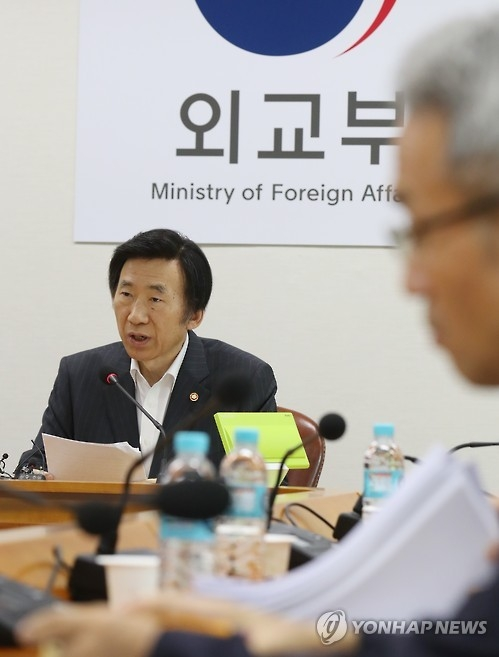 South Korean Foreign Minister Yun Byung-se speaks during a meeting with his staff to discuss measures against North Korea's latest nuclear test at the government complex building in downtown Seoul on Sept. 10, 2016 (Yonhap)