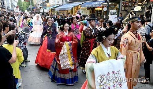 A traditional hanbok fashion parade trails through Insadong, an antique and art gallery street in downtown Seoul on Sept. 12, 2016. (Yonhap)