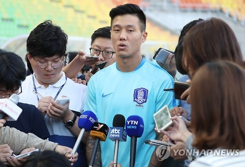 South Korean striker Suk Hyun-jun (C) speaks to reporters before the national team training session at Suwon World Cup Stadium in Suwon, south of Seoul, on Oct, 4, 2016, two days ahead of the 2018 FIFA World Cup qualifier against Qatar. (Yonhap)