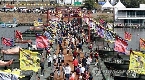 Citizens cross a bridge connecting the island of Nodeul in Seoul's Han River to the mainland on Oct. 8, 2016. The bridge was temporarily created for the 2016 King Jeongjo Tomb Parade Reenactment. (Yonhap)