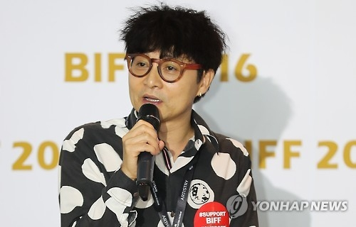 Korean director Kim Jho Gwang-soo speaks during a special forum at the 21st Busan International Film Festival on Oct. 9, 2016. (Yonhap)