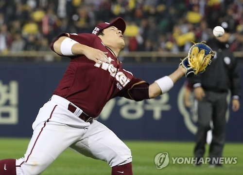 Nexen Heroes' first baseman Yoon Suk-min drops a foul fly in the bottom fifth in their Korea Baseball Organization (KBO) postseason game against the LG Twins at Jamsil Stadium in Seoul on Oct. 17, 2016. (Yonhap)