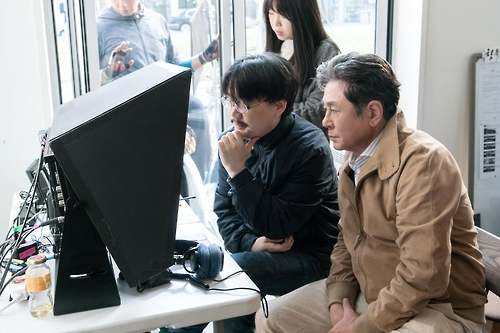 "This photo, provided by Yong Film Inc., shows behind the scenes of crime thriller ""Silent Witness,"" which is currently filming in Gapyeong, Gyeonggi Province. (Yonhap)"