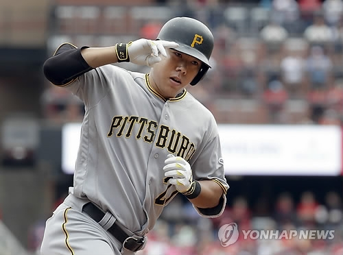 In this Associated Press file photo taken on Oct. 1, 2016, Kang Jung-ho of the Pittsburgh Pirates rounds the bases after a three-run home run against the St. Louis Cardinals at Busch Stadium in St. Louis. (Yonhap)