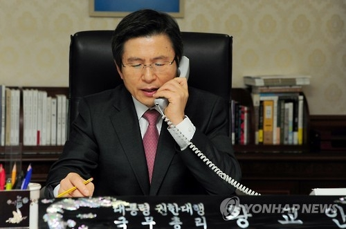South Korea's Acting President and Prime Minister Hwang Kyo-ahn speaks during a telephone conversation with Uzbek President Shavkat Mirziyoyev at his office in Seoul on Jan. 5, 2017, in this photo provided by the prime minister's office. (Yonhap)