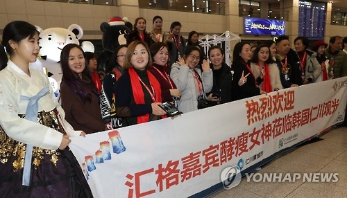 A group of Chinese tourists pose for a picture after arriving at South Korea's Incheon International Airport on Jan. 3, 2017. They were part of some 500 employees from a Chinese company on an incentive tour to South Korea. (Yonhap)