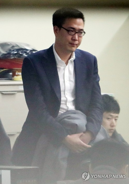 Kim Dong-seon, the third son of Hanwha Group Chairman Kim Seung-youn, is interrogated at Gangnam Police Station in Seoul on Jan. 5, 2017, after allegedly assaulting two bar employees and destroying a patrol car while being escorted to the police station earlier in the day. The younger Kim is a member of the group's equestrian team and an official at Hanwha Engineering & Construction Corp. (Yonhap)