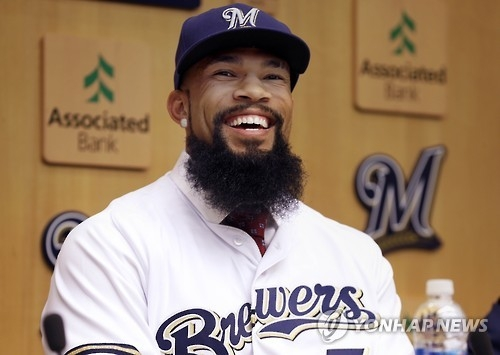 In this Associated Press file photo taken on Nov. 29, 2016, Eric Thames smiles during a Milwaukee Brewers introductory press conference in Milwaukee, after signing a three-year contract with the club. (Yonhap)