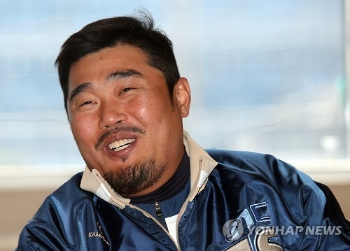 Lee Ho-jun of the NC Dinos speaks to reporters about his plan to retire from the Korea Baseball Organization at Masan Stadium in Changwon, South Gyeongsang Province, on Jan. 16, 2017. (Yonhap)