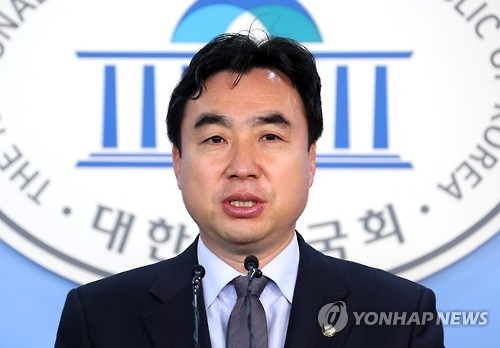 This photo, taken on Nov. 28, 2016, shows Youn Kwan-suk, the spokesman of the main opposition Democratic Party, speaking during a press conference at the National Assembly in Seoul. (Yonhap)