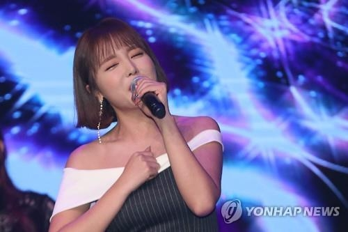 Hong Jin-young tops charts for first time with new trot single