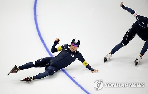 South Korea's Lee Seung-hoon takes a fall during the men's team pursuit race at the International Skating Union World Single Distances Speed Skating Championships at Gangneung Oval in Gangneung, Gangwon Province, on Feb. 10, 2017. (Yonhap)