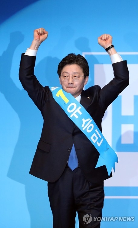 Yoo Seong-min, a lawmaker of the conservative Bareun Party, raises his fists after winning the party's presidential nomination at a convention in Seoul on March 28, 2017. (Yonhap)