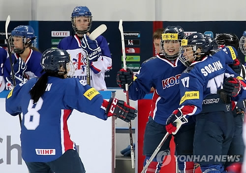 South Korean players celebrate their goal against Britain at the International Ice Hockey Federation Women's World Championship Division II Group A at Kwandong Hockey Centre in Gangneung, Gangwon Province, on April 3, 2017. (Yonhap)