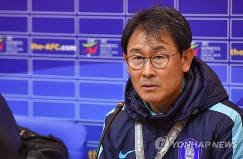 South Korean women's national football team head coach Yoon Duk-yeo speaks to reporters after his team defeated India 10-0 in the AFC Asian Women's Cup qualifying match at Kim Il-sung Stadium in Pyongyang on April 5, 2017. (Joint Press Corps)