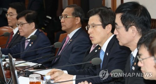 Acting President and Prime Minister Hwang Kyo-ahn (3rd from R) speaks during a Cabinet meeting at the central government complex in Seoul on April 11, 2017. (Yonhap)