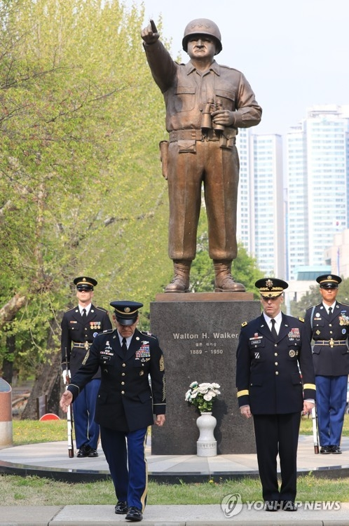 The U.S. Eighth Army hosts the Gen. Walker Monument Transition Ceremony in front of its headquarters at the Yongsan base on April 25, 2017. (Yonhap)