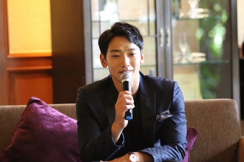 South Korean singer Rain speaks during an interview in Bangkok on June 4, 2017. He is in the Thai capital to take part in this year's Viral Fest Asia, a two-day digital music festival. (Yonhap)