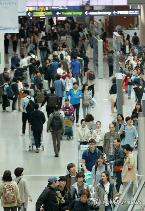 In this file photo taken on April 30, 2017, the departure lobby is crowded with outbound travelers at Incheon airport, west of Seoul, as many people take advantage of extended holidays from late April to early May to visit popular tourist destinations at home and abroad. (Yonhap)