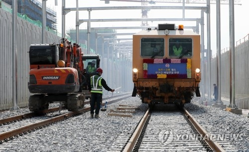 In this file photo, taken on March 29, 2017, railroad workers check a high-speed railway connecting Wonju and Gangneung at Gangneung Station in Gangneung, Gangwon Province. (Yonhap)