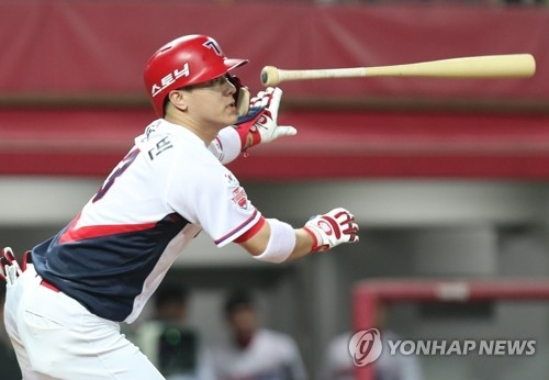 Kim Sun-bin of the Kia Tigers watches his double against the NC Dinos during their Korea Baseball Organization game at Gwangju-Kia Champions Field in Gwangju on Aug. 15, 2017. (Yonhap)