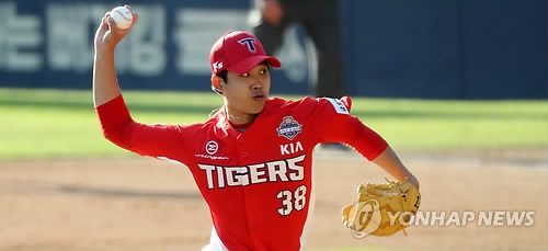 Im Gi-yeong of the Kia Tigers throws a pitch against the Doosan Bears in the bottom of the sixth inning in Game 4 of the Korean Series at Jamsil Stadium in Seoul on Oct. 29, 2017. (Yonhap)