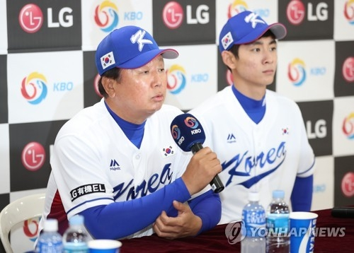 South Korean national baseball manager Sun Dong-yol (L) speaks at a press conference at Jamsil Stadium in Seoul on Nov. 5, 2017, ahead of the upcoming Asia Professional Baseball Championship in Tokyo. (Yonhap)