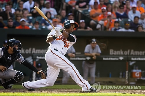 In this EPA file photo taken Sept. 12, 2014, Jimmy Paredes of the Baltimore Orioles hits a game-winning double against the New York Yankees in the bottom of the 11th inning of their Major League Baseball regular season game at Oriole Park at Camden Yards in Baltimore. Paredes signed with the Doosan Bears in the Korea Baseball Organization on Dec. 1, 2017. (Yonhap)