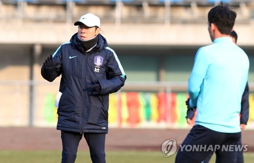 South Korea national football team head coach Shin Tae-yong (L) gives directions to his players during training at Ulsan Stadium in Ulsan on Dec. 4, 2017. (Yonhap)