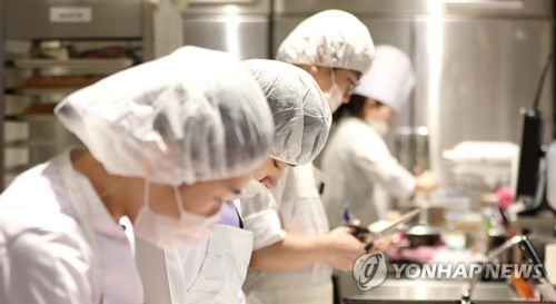In this photo taken Dec. 1, 2017, bakers work at a Paris Baguette store, South Korea's leading bakery franchise, in Seoul. (Yonhap)