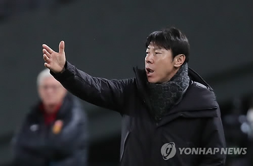 South Korean men's national football head coach Shin Tae-yong directs his players during a match against China at the East Asian Football Federation E-1 Football Championship at Ajinomoto Stadium in Tokyo on Dec. 9, 2017. (Yonhap)