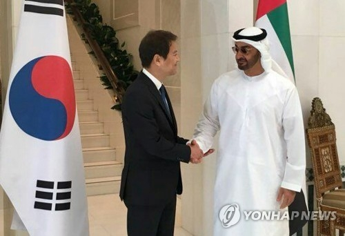 The photo provided by the South Korean presidential office Cheong Wa Dae shows Im Jong-seok (L), South Korea's presidential chief of staff, shaking hands with Mohammed bin Zayed Al Nahyan, the crown prince of Abu Dhabi, on Dec. 10, 2017. Im is currently on a four-day trip to the United Arab Emirates and Lebanon as a special envoy of South Korean President Moon Jae-in. (Yonhap)