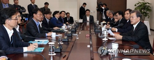 President Moon Jae-in (R) speaks in a weekly meeting with his top aides at the presidential office Cheong Wa Dae in Seoul on Dec. 11, 2017. (Yonhap)