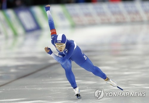 In this Associated Press photo taken Dec. 9, 2012, South Korea's Lee Sang-hwa competes in the women's 500 meters at the International Skating Union World Cup Speed Skating in Salt Lake City, Utah. (Yonhap)