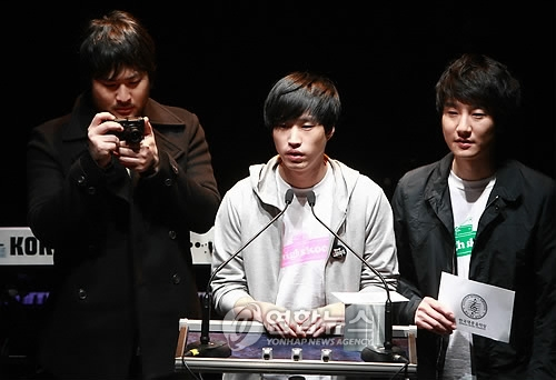 This file photo shows South Korean hip-hop act Epik High presenting an award at the annual Korean Music Awards on March 12, 2009, in Seoul. (Yonhap)