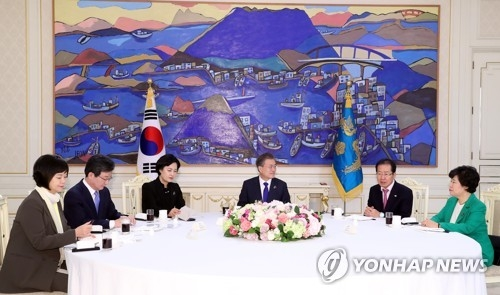 This photo taken on March 7, 2018, shows President Moon Jae-in hosting a luncheon meeting with party leaders at the presidential office Cheong Wa Dae in Seoul. (Yonhap)