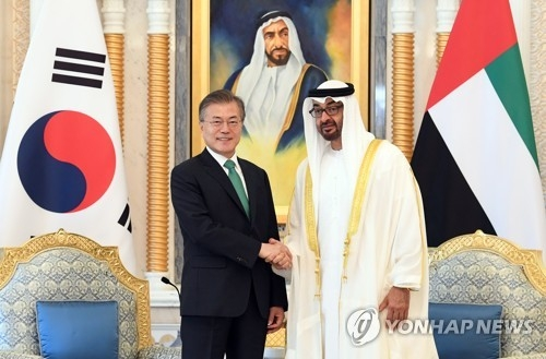 South Korean President Moon Jae-in (L) and Crown Prince of Abu Dhabi Mohammed bin Zayed Al-Nahyan shake hands before the start of a bilateral summit in Abu Dhabi on March 25, 2018. (Yonhap)