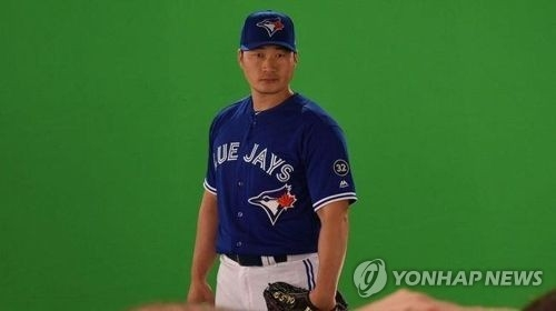 This image captured from the Toronto Blue Jays' official Twitter page shows their new South Korean acquisition, right-hander Oh Seung-hwan, taking an official photo at the club's spring training site in Dunedin, Florida, on Feb. 27, 2018. (Yonhap)