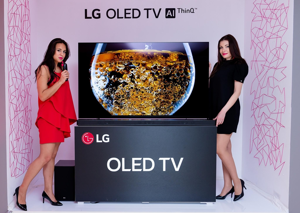 Models pose with LG Electronics Inc.'s OLED TV in this photo released by the company on April 15, 2018. (Yonhap)