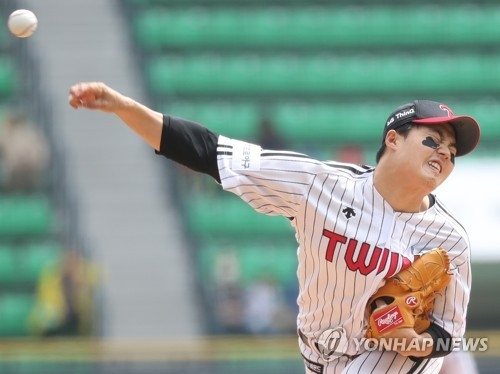 Im Chan-kyu of the LG Twins throws a pitch against the KT Wiz during a Korea Baseball Organization regular season game at Jamsil Stadium in Seoul on April 15, 2018. (Yonhap)