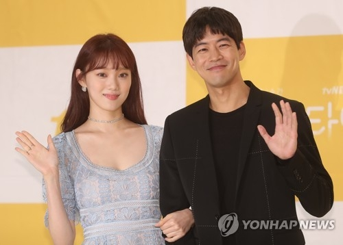 Actors Lee Sung-kyung (L) and Lee Sang-yoon pose for photos during a media event in Seoul on May 17, 2018. (Yonhap)
